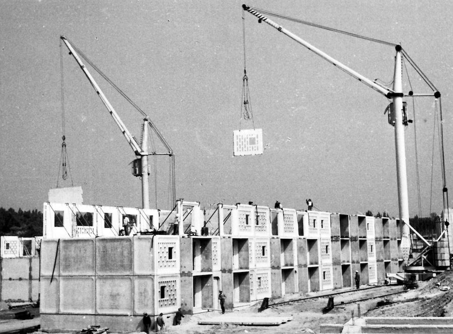 "Chile Pavilion ""Monolith Controversies"" - building assembly. © Nolberto Salinas González"