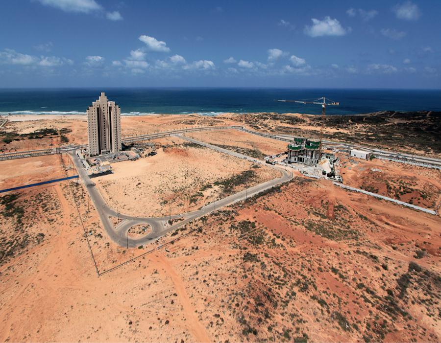 Construction site on Netanya's coastline, 2013: the single building precedes the infrastructure, 2013 / Photo: Itamar Greenberg, Shikun & Binui Real Estate