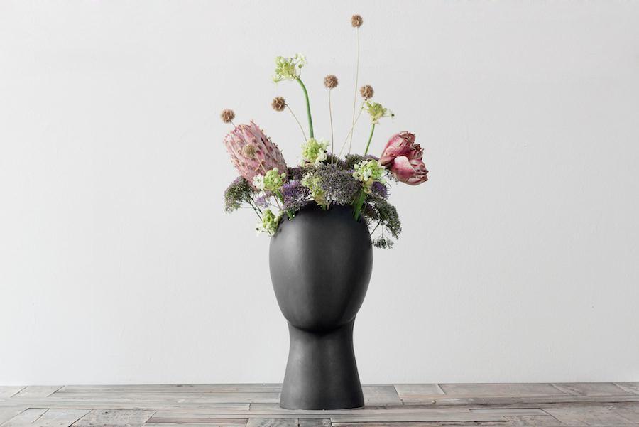 WIG VASE MATTE BLACK PINK FLOWERS