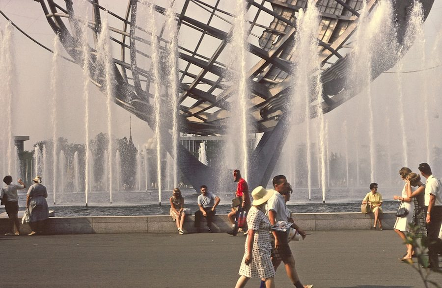 New York Expo 1064-1965. Walk by Unisphere fountain - Picture by Anthony Conti, 1964 - PLCjr on Flickr.com.