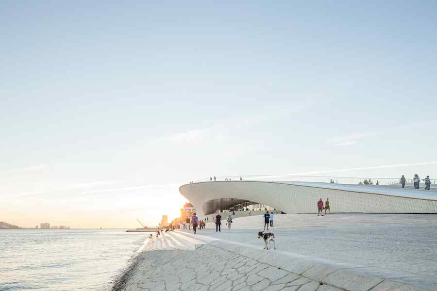 Maat museum by amanda levete features undulating facade in for Architektur lissabon