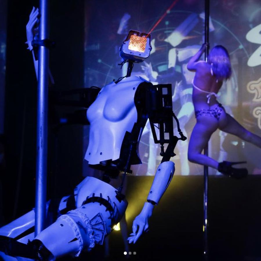 Pole dancing robots by Giles Walker at the Sapphire Gentlemen Club in Las Vegas - Photo by Photo by @klassicjoints via IG.