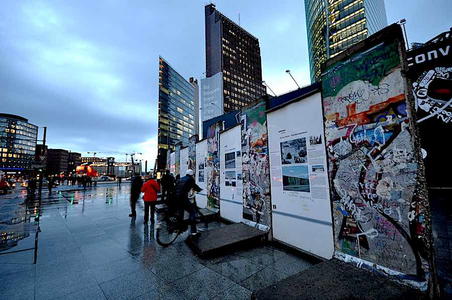 Lascar Short section of the Berlin Wall in Potsdamer Platz - Wikimedia, CC.