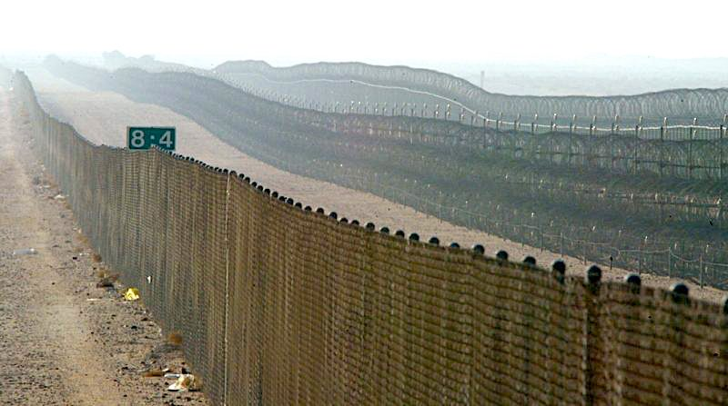 Iraq-Kuwait Border Wall - Photo from 18591km.wordpress.com.