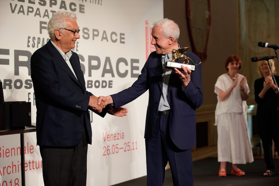 Kenneth Frampton receis Golden Lion at Venice Biennale 2018 - Photo by Andrea Avezzù; courtesy of La Biennale di Venezia.