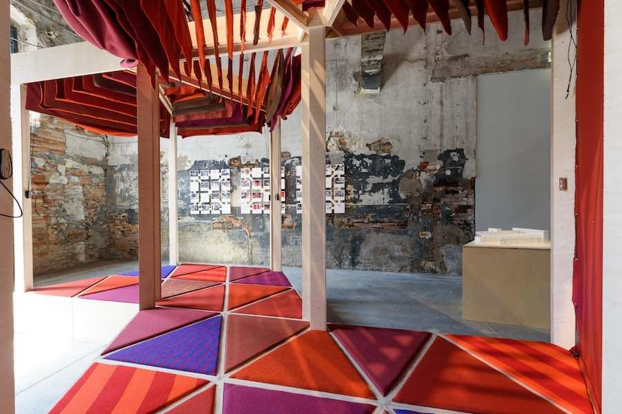 Kèrè Architecture's installation - Photo by Andrea Avezzù, courtesy of La Biennale di Venezia.