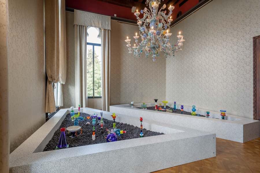 MEMPHIS - PLASTIC FIELD exhibition by Fondazione Berengo - Photo by Francesco Allegretto.