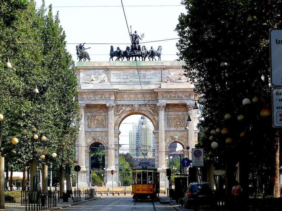 Milan Design Week Guide for Dummies. A tram at Arco della Pace - Photo by Enrico Zilli.