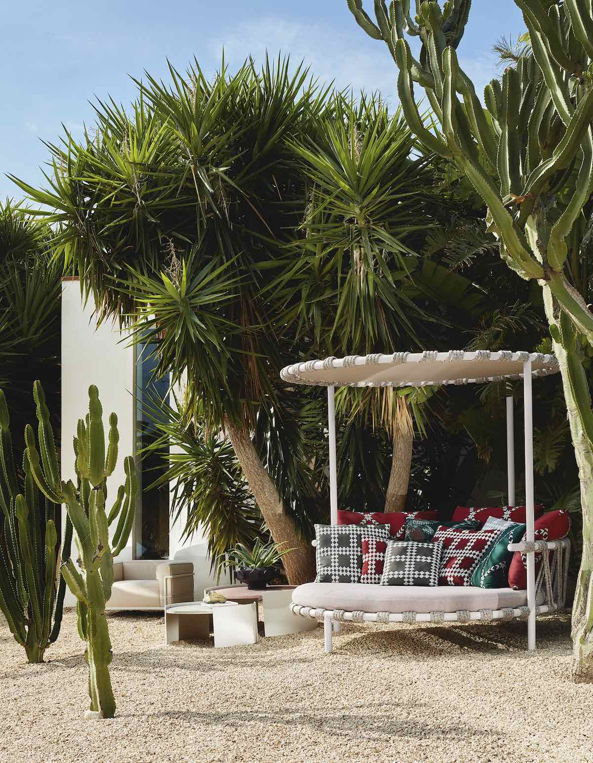 Cassina Perspective Goes Outdoor - TRAMPOLINE lovebed by Patricia Urquiola - Photo by De Pasquale+Maffini.