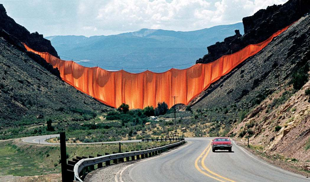 Valley Curtain, Colorato, 1972 - Photo by Wolfgang Volz ©Christo and Jean-Claude