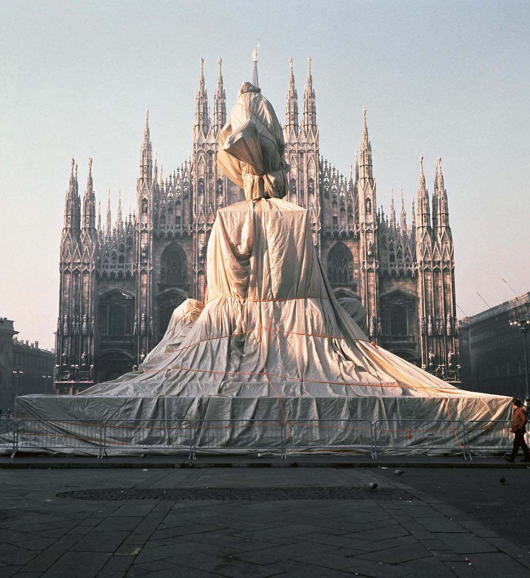Wrapping Monument of Vittorio Emanuele, Milan, 1970 - Photo by Shunk-Kender ©Christo und Jeanne-Claude.