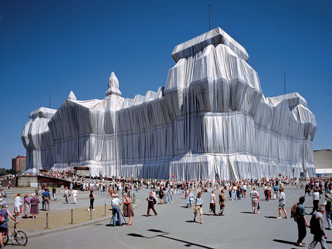 Wrapping the Reichstag, Berlin, 1995 - Wolfgang Volz ©Christo und Jeanne-Claude