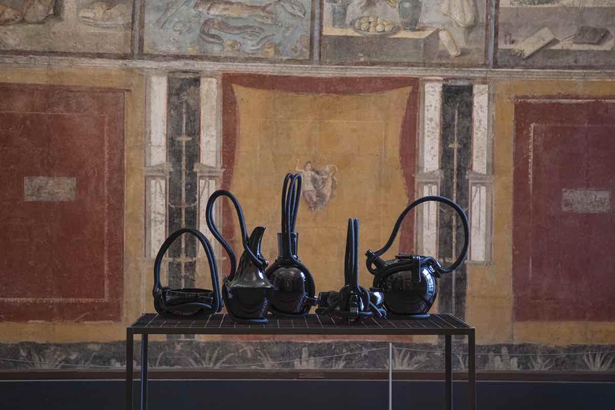 EDIT Napoli 2020 - Andrea Anastasio al Museo MANN, mostra Aritmia, vasi Ceramica Gatti 1928 ©Elio Rosato.